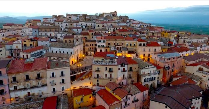 """Ofrohen 2000 Euro për të jetuar në Itali! Kryetari i Komunës së """"Napolit të Vogël"""" risjell Dolce Vita!"""