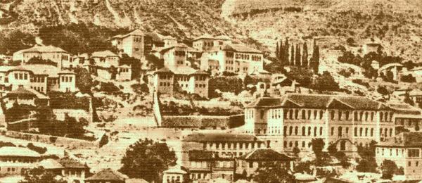 """Dervish Shamo """"Këmbëmadhi"""" i Gjirokastrës, si shpërndante me tepsi në kokë ëmbelsirat e Vitit të Ri në Pazarin e Vjetër!"""