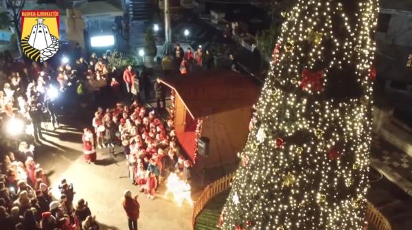 Ndizen Dritat e Vitit të Ri në Gjirokastër, Atmosfera e Ngrohtë nga Pazari i Vjetër