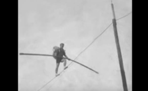 """Akrobati Ekuilibrist Ali Xhixha! Mbi tel në Kalanë e Gjirokastrës therrte një dash! Me biçikletë luante shfaqjen """"Romeo e Zhuljeta"""""""