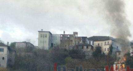 Digjet banesa në Gjirokastër, familja në qiell të hapur!