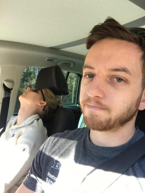 """""""Sa herë që udhëtoj me gruan ajo fle gjumë!"""" Burri tregon përmes fotove udhëtimet e tij """"të këndshme"""" me gruan!"""