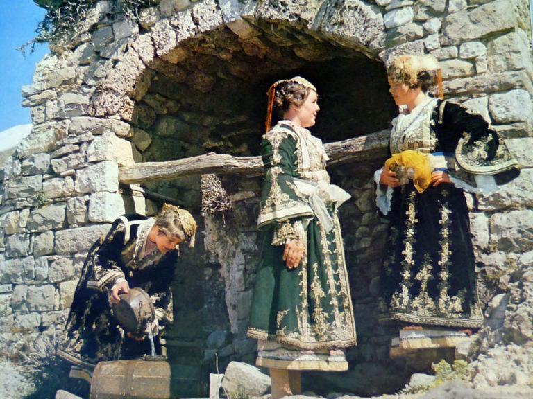 Pse Grate e Lunxhit kur Vinin në Pazar të Gjirokastrës Hiqnin Këpucët e Përditshme tek Ura e Lumit dhe Vishnin Lustrafina!