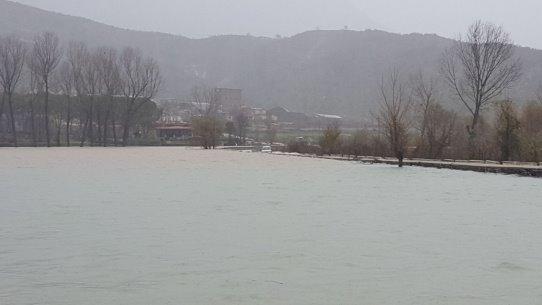 Rruga Nacionale bllokohet tërësisht nga uji i Liqenit të Viroit!