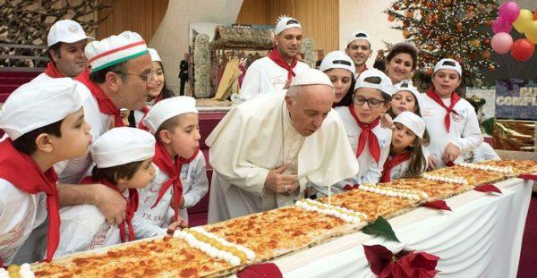 Papa Françesku Festoi me një Pica Gjigande për 81 Vjetorin e tij duke Ftuar Dhjetra Fëmijë!
