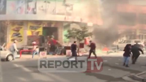 Shpërthimi në Mes të Ditës në Shkodër! Pamjet Filmike pak Çaste më Pas Tregojnë Tronditjen e Qytetarëve pranë Tregut!