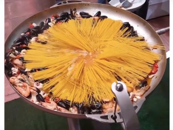 Tigani Gjigand për Makaronat me Fruta Deti të bëra në çast nga Shefi Italian i Restorantit të Famshëm!