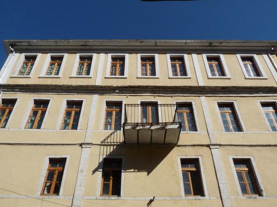 Hoteli ku Fjeti Mbreti i Italisë - Emanueli i III, me Arkitekturën e saj Neoklasike Italiane, sot Hotel Sopoti pret të shitet!