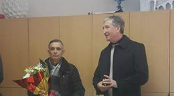 """Ceremoni në Gjimnazin """"Siri Shapllo"""" - Mësuesi Jorgo Buka Shembull për Nxënësit dhe Kolegët!"""