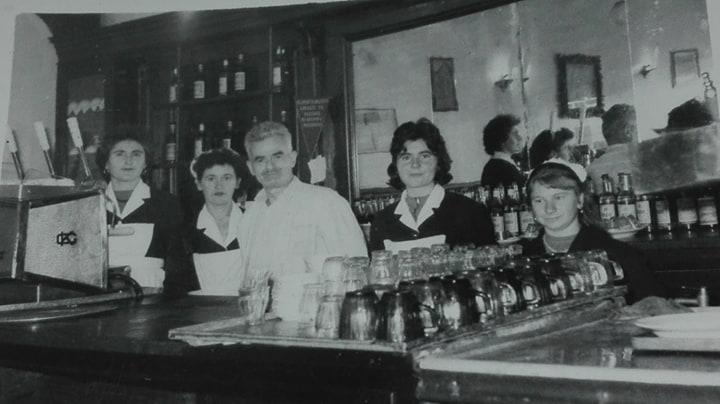 """Kafe-Pastiçeri """"Moska"""", e njohur për kafen me kajmak, më e frekuentuara nga viti 1959 në Pazarin e Gjirokastrës."""