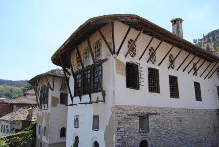 """""""Kamerat"""" e fshehura në shtepitë e mëdha të Gjirokastrës!"""