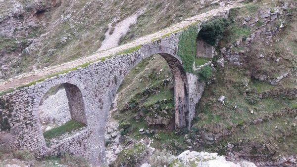 Ura Dëshmi e Ujësjellësit të Ali Pashës në Gjendje të Mjerueshme - Rrezikon Shembjen!