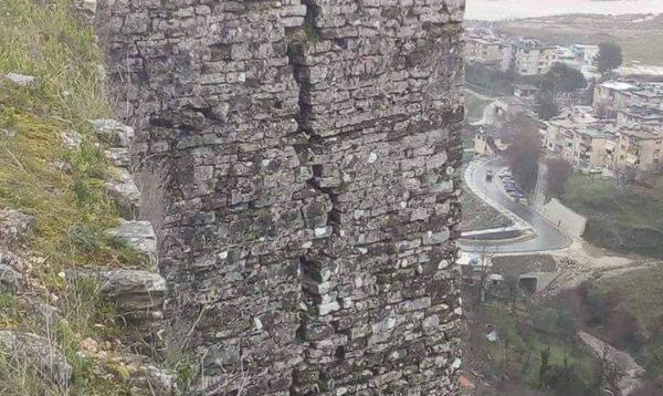 Foto Shqetësuese nga Kalaja e Gjirokastrës, dhe një Thirrje për Aksione Qytetare për Mbjelljen e Pemëve!