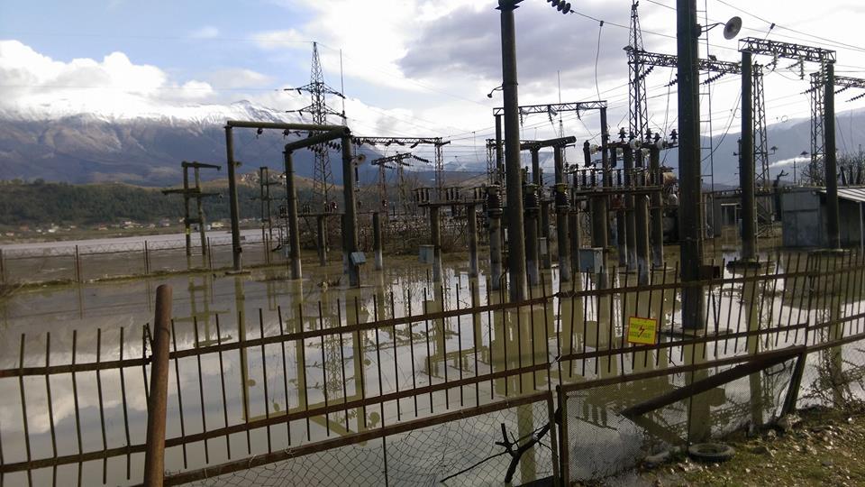 Përmbytet edhe Nënstacioni Elektrik i Gjirokastrës! Disa Zona të Qytetit dhe disa Fshatra pa Drita!