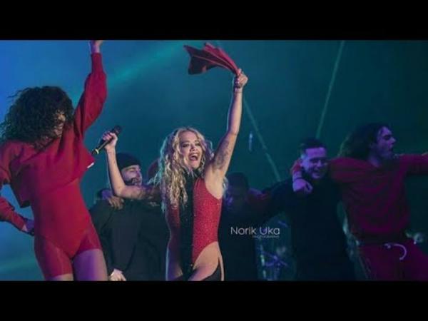 """""""Shota"""" Rita Ora Befason Kosovarët me Kërcimin Tradicional në Skenë! (video)"""