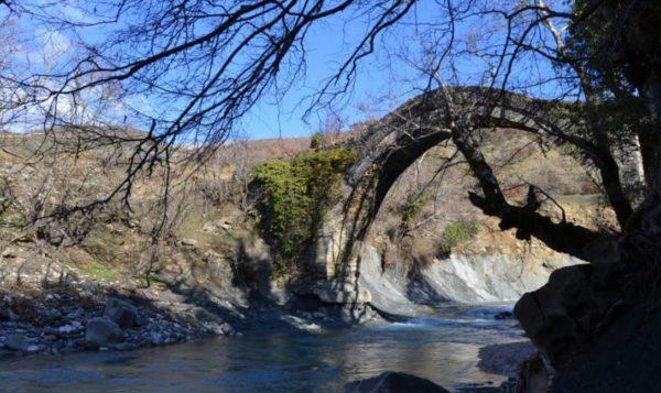 """Urën e Hoshtevës në Zagori """"e merr Lumi""""! Kjo Urë Monument Kulture 200-vjeçare nuk Rrezistoi dot deri në Pritje të Restaurimit!"""