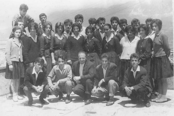 """Foto në vite - Matura 1965-1966, Gjimnazistët që tani """"fshehin"""" moshën… Mësues e nxënës bashkë!"""