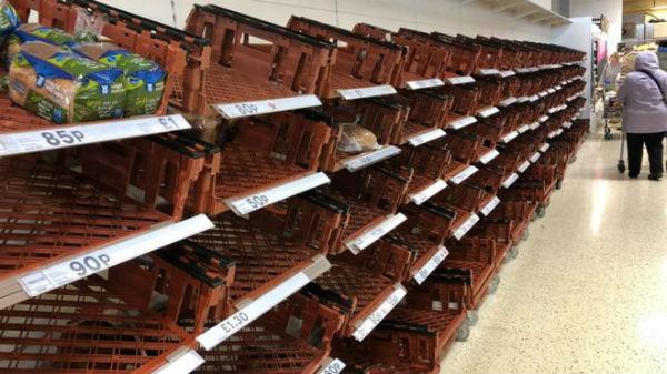 Apokalips në Jug të Anglisë! Rraftet me Ushqime Bosh dhe Rradhë të Gjata në Dyqane!