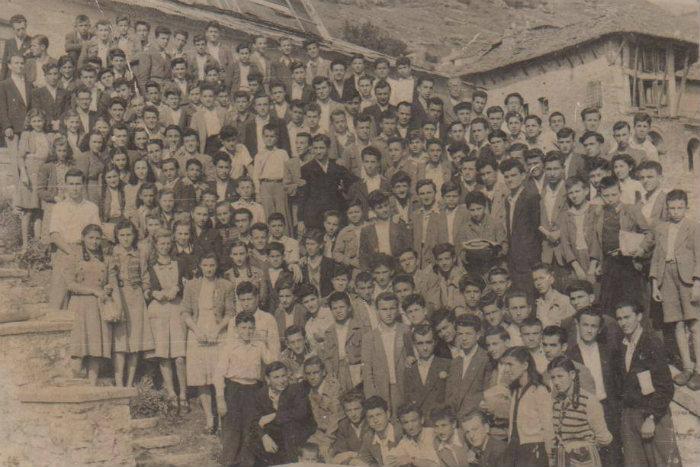"""Nxënësit e gjimnazit """"Asim Zeneli"""" në Gjirokastër - Foto e Vitit 1952!"""