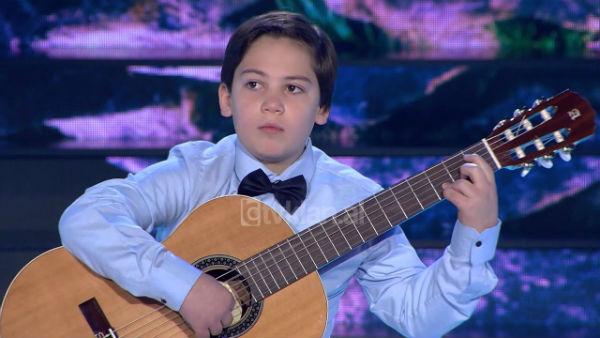 Talenti me Origjinë nga Gjirokastra Erind Bajo që Befasoi Jurinë e Tv Klan në Emisionin Virtuozët!
