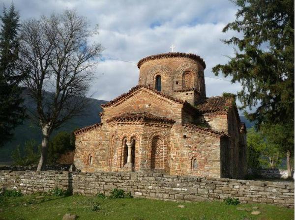"""Kisha """"Monument Kulture"""" 558 Vjeçare e Fshatit Kosinë të Përmetit, Vlerësuar si """"Ndërtimi i Vitit 1460"""" nga Arkeologët Çekë!"""