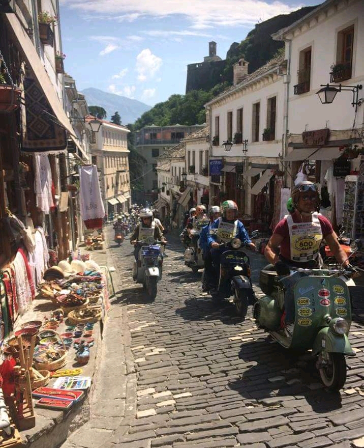 Kalldrëmet e Gjirokastrës janë Vizituar Sot nga 200 Turistë me Motorë Vespa Nisur që nga Italia!