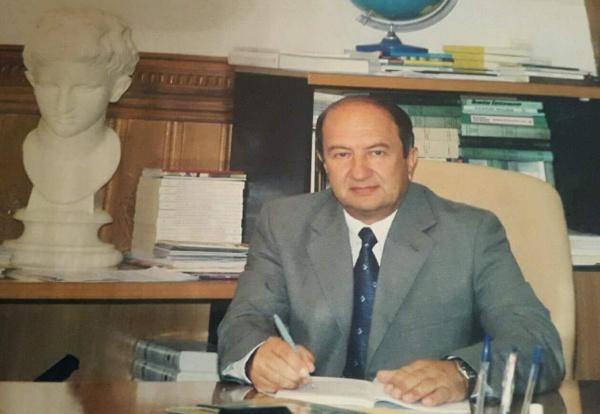Sot Urojmë për Ditëlindjen Mikun e Faqes tonë Prof. Dr. Kristaq Kikina!