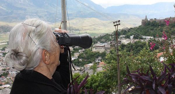 """""""Kush Vjen e Kush Iken"""" - Koha kur Plakat e Gjirokastrës Shikonin Qytetin me Dylbi!"""