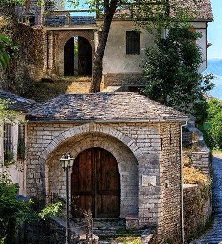 Portat me Emra në çdo Shtëpi Karakteristike të Gjirokastres ku Bëheshin Tantella dhe Pihej Kafe Guri