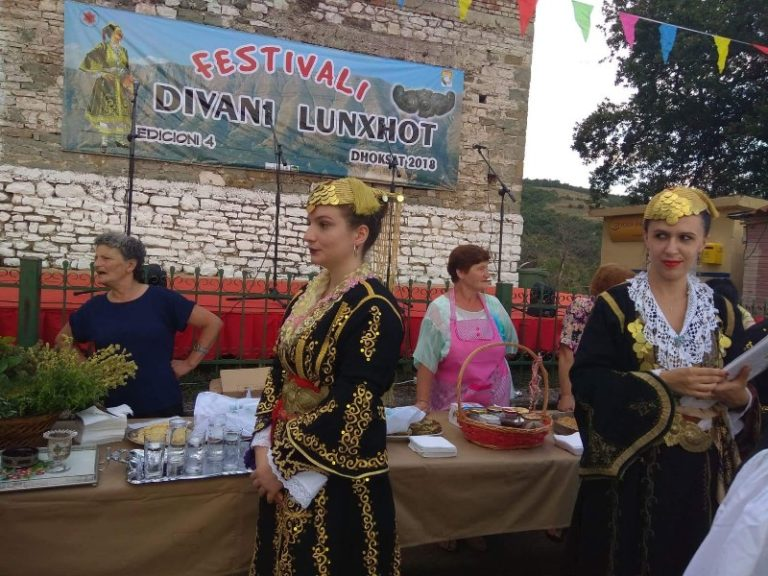 """""""Divani Lunxhot"""" - Gjirokastra Online përcjell nga afër Festën e Artizanatit dhe Kulinarisë Sot në Dhoksat"""