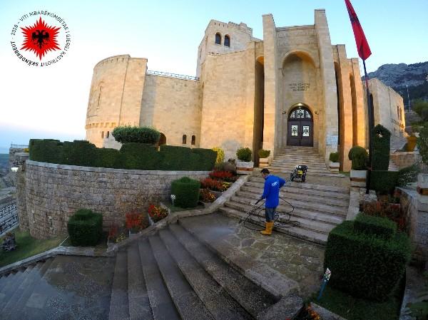 Muzeun Gjergj Kastrioti në Krujë e pastron Vullnetarisht nje Emigrant Shqiptar