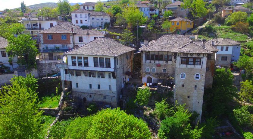 """Edhe banesa """"Reso"""" në rrezik shembjeje! Banesa historike si Çabej, Topulli, Sako etj janë kthyer në rrënoja!"""