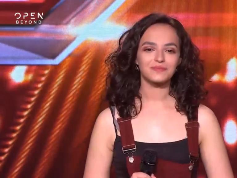 Talentja 17 vjeçare nga Shqipëria Mahnit Jurinë e X Factor në Greqi! Ja Video e Këngës Perfekte!