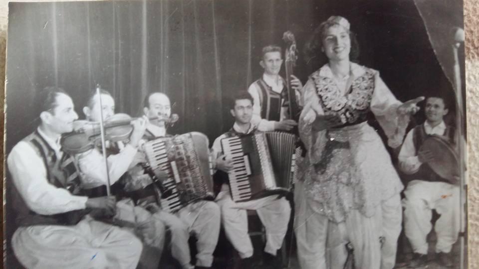 Mbretëresha e Këngës së Muzikës Popullore të Shqipërisë së Mesme Fitnete Rexha në Foto të Pabotuara më Parë