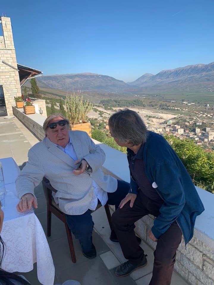 """Aktori i Famshëm Francez Gerard Depardieu viziton Gjirokastrën, sodit """"Qafën e Pazarit""""..."""