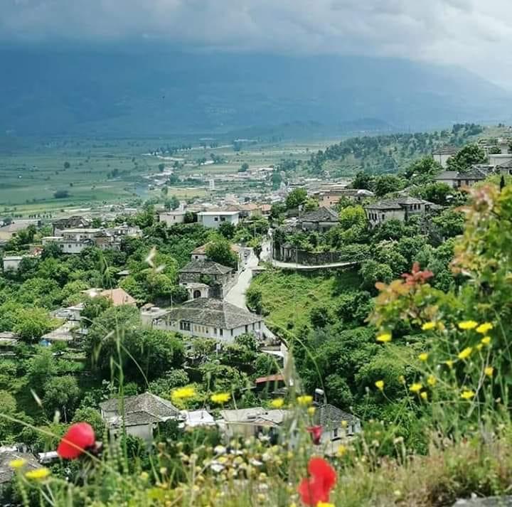 """Tradita e Gjirokastritëve në Kopshtari: """"Të mbjellim Pemë në anë të Murit që kalimtarët të Zgjasin Dorën dhe të Hanë pa Frikë"""""""