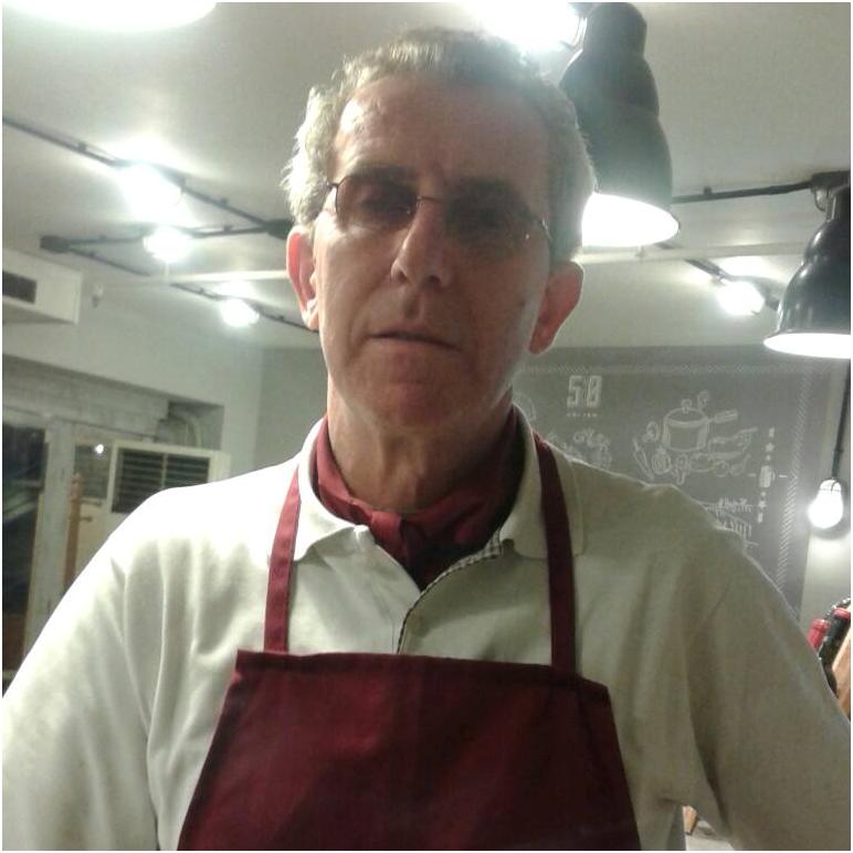 Sot Urojmë për Ditëlindjen Kuzhinierin e Njohur Vasil Xhumbi, Mik i Faqes Tonë