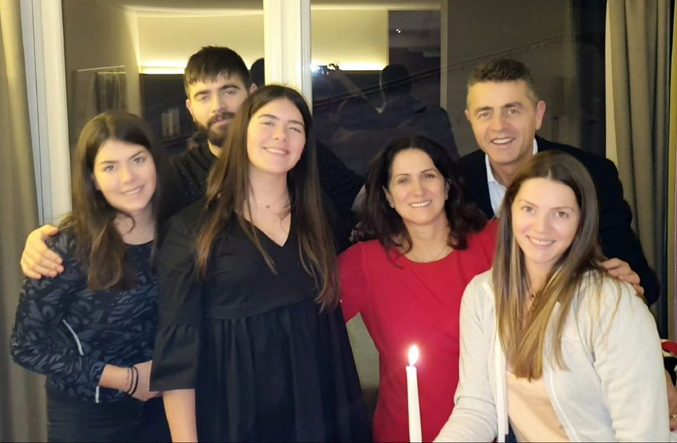 Biznesmeni i Njohur Vasil Naçi Uron për Krishtlindjet dhe Vitin e Ri 2020!