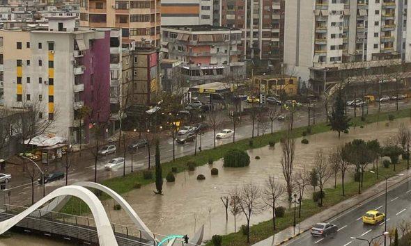 Tejfryhet Lumi i Lanës dhe Liqeni Artificial në Tiranë nga Rreshjet e Fundit të Shiut!