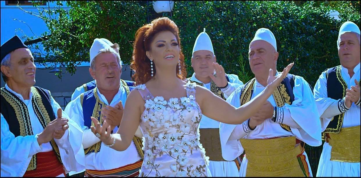Sot në Faqen Tonë: Këngëtarja e Shquar Gjirokastrite Juli Çenko Uron për Vitin e Ri dhe Tregon për Jetën dhe Veprimtarinë e saj Artistike!