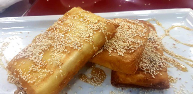 Një recetë e veçantë - Djathe i skuqur me mjaltë e fara susami