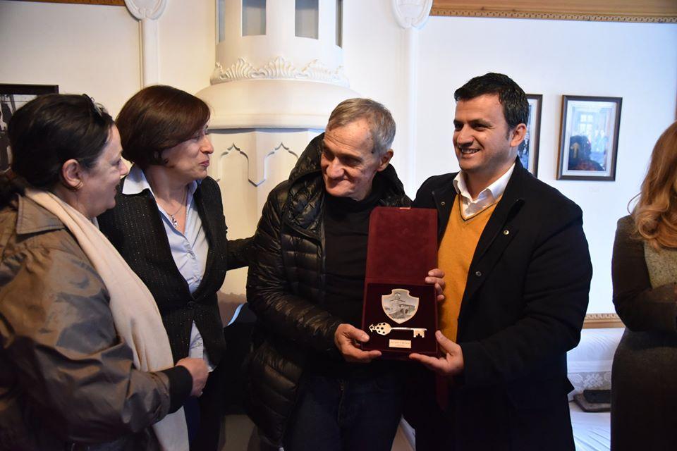 """Nderohet me Simbolin """"Çelësi i Qytetit"""" të Gjirokastrës Regjizori i Njohur Rus Yoriy Arabov"""