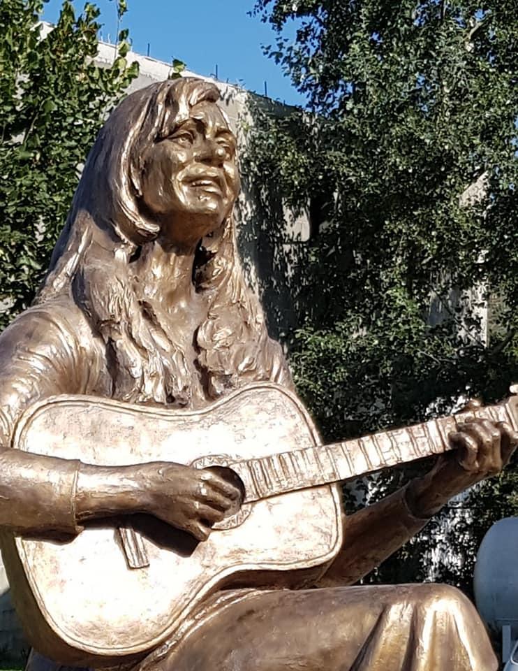 Statuja e Vaçe Zelës në Qendër të Qytetit të Lushnjës, Vepër e Skulptorit Gjirokastrit Arben Bajo