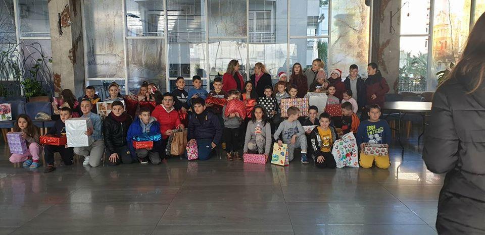 """Ja pse nxënësit e shkollës """"Urani Rumbo""""të Gjirokastrës festuan Vitin e Ri së bashku me nxënësit e shkollës """"Eftali Koçi"""" në Durrës!"""