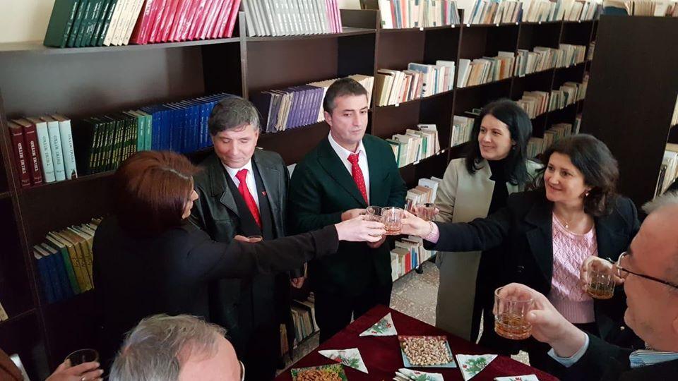 Shkrimtari Albert Zholi i Dhuron 200 Libra Bibliotekës të Qytetit të Tepelenës dhe Nderohet me Çertifikatë Mirënjohjeje