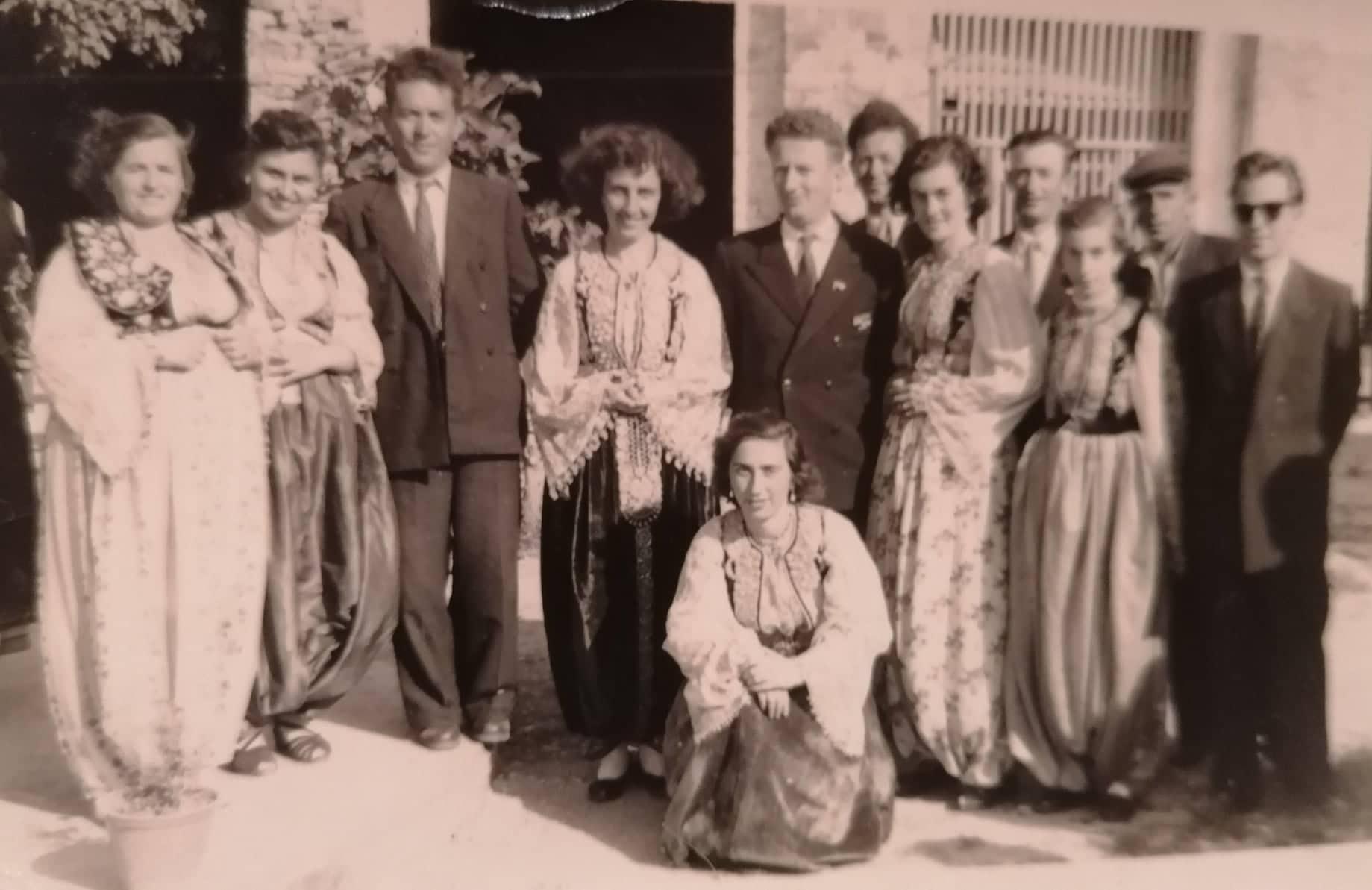 Siç ka Treguar Mësuesja Veterane Seno Zhorda: Drekë, Valle dhe Këngë për Marshallin Malinovski nga Grupi i Valleve të Shtëpisë së Kulturës në Kalanë e Gjirokastrës.