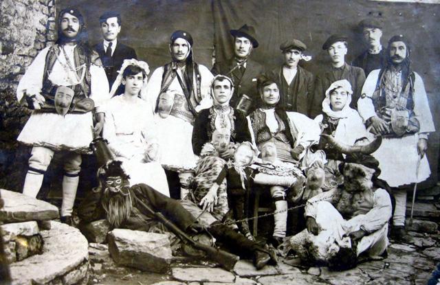 Karnavalet qe na Kujtoi Sot Dhori Bilushi me Fotot qe Percolli ne Faqen e tij