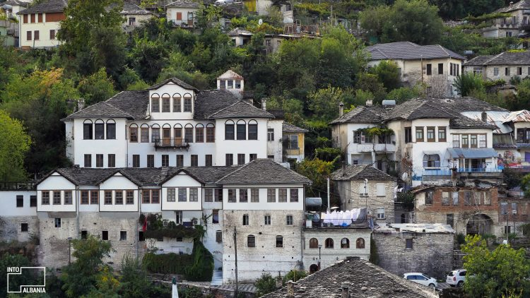 Shtëpi Monumente- Tregoni Ku Ndodhen, Gjendjen e Tyre, Përse Dallohen dhe Ç`dini Tjeter për To?!