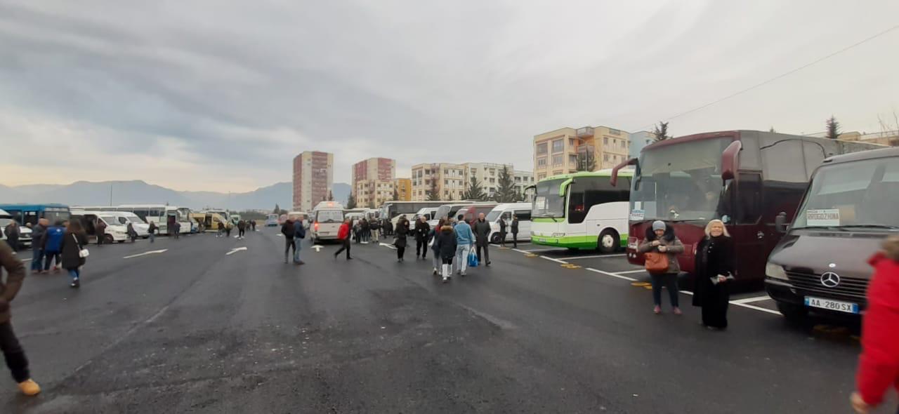 """"""" Hajde Gjirokastra!"""", """" Hajde Tepelena!""""- Nga sot, Udhëtimi me Autobus për në Jug dhe Veri të Vendit filloi nga Terminali i Ri tek Kthesa e Kamzës"""