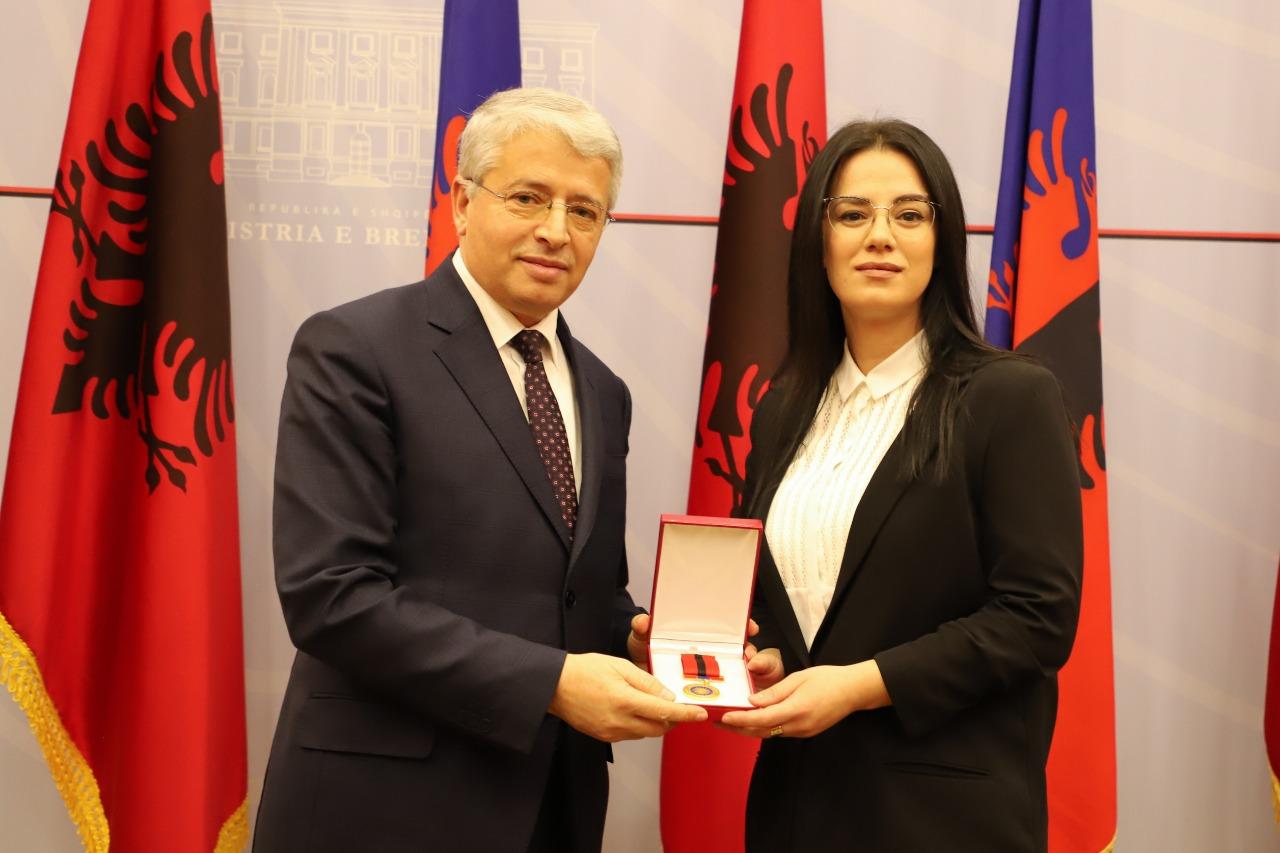 """19 Punonjës të Policisë së Shtetit Dekorohen me """"Medaljen e Nderit"""" për Merita dhe Shërbime të Veçanta"""